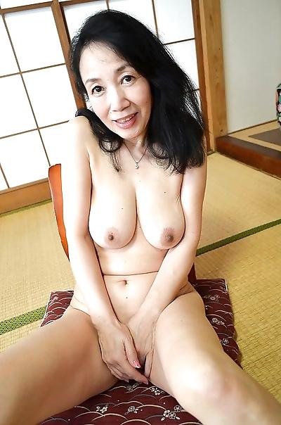 Great looking natural tits..